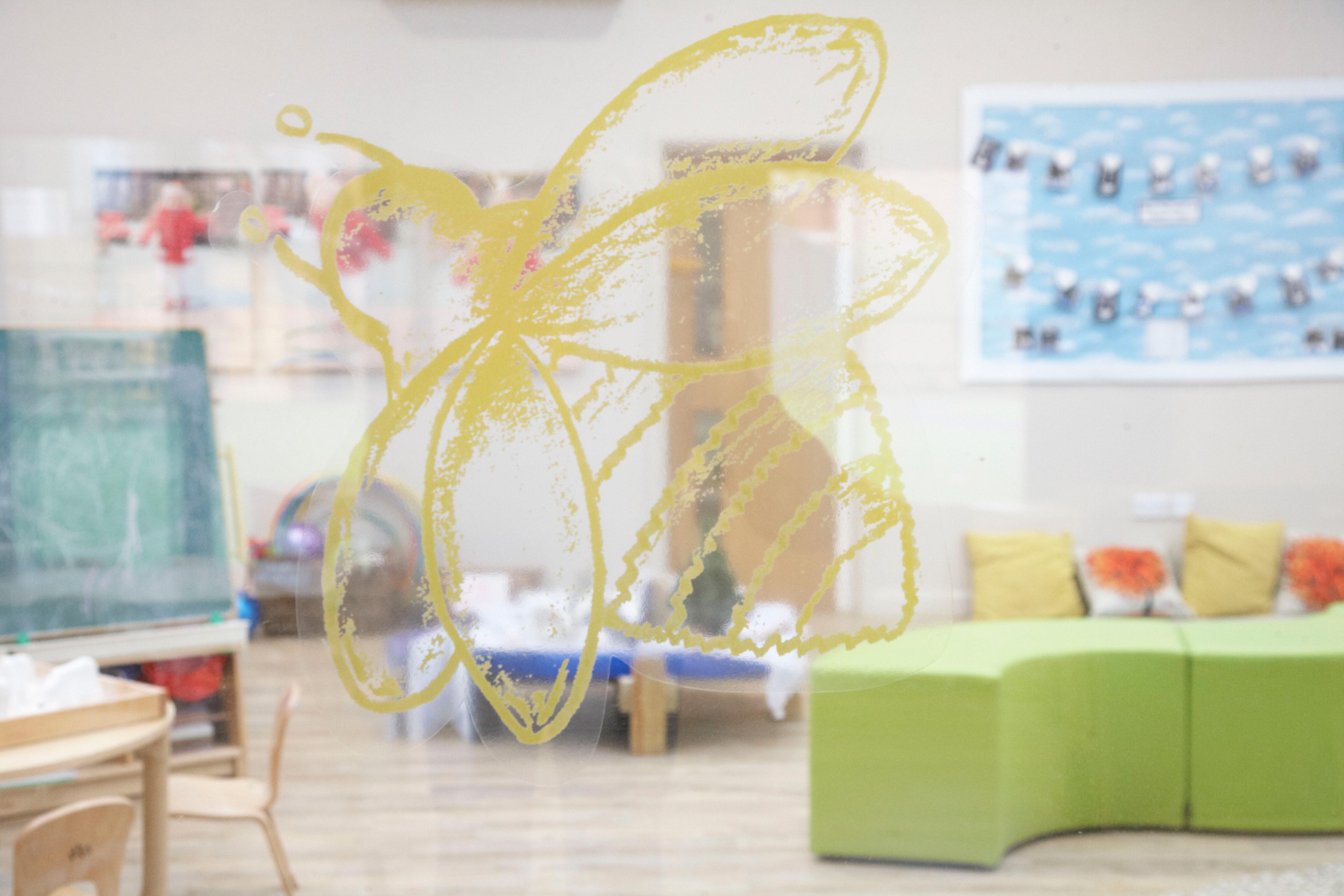 3-Decorcafe-Nikki-Rees_nursery-Bee-window-sticker-interior-design